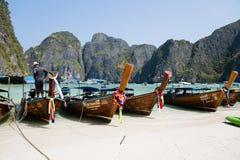 Touristische Boote auf dem berühmten auf Phi Phi Leh-Insel Stockfoto