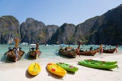 Touristische Boote auf dem berühmten auf Phi Phi Leh-Insel Lizenzfreie Stockfotos