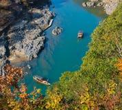 Touristische Boote auf dem Fluss Stockfoto