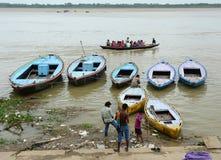 Touristische Boote auf dem Ganges in Varanasi, Indien Stockfoto