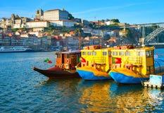 Touristische Boote auf einem Fluss Lizenzfreie Stockfotografie
