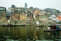 Touristische Boote auf Ganges-Fluss Stockbild