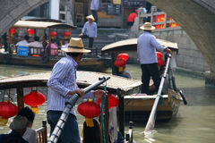 Touristische Boote auf Kanälen von Zhujiajiao-Stadt - Chinese Venedig nahe stockfotos