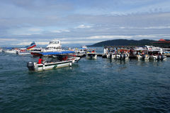 Touristische Boote an der Anlegestelle Jesselton zeigen, Kota Kinabalu Stockfoto