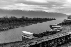 Touristische Boote für Vogelbeobachtung angekoppelt in der Reihe, die am Ufer von Kerkini See in Griechenland wartet stockfoto