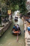 Touristische Boote im Bach von Tongli Lizenzfreies Stockfoto