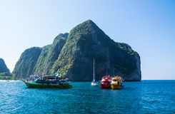 Touristische Boote im Meer Stockfotografie