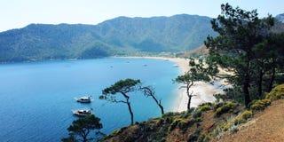 Touristische Boote im Meer Ansicht über Adrasan-Bucht Lizenzfreie Stockbilder