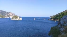Touristische Boote laufen entlang die Küste und die Inseln des Mittelmeeres lizenzfreie stockbilder