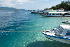 Touristische Boote machten bei Gili Trawangan von Lombok, Indonesien, Asi fest Stockfotografie
