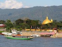 Touristische Boote Riverscape und Geschäftsszene über dem Mekong, am GOLDENEN DREIECK Lizenzfreie Stockfotos