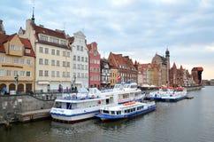 Touristische Boote und bunte historische Häuser Stockbilder