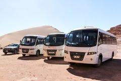 Touristische Busse in der Wüste Stockfotos