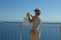 Touristische Dame, die ein szenisches Foto am Panoramapunkt macht Lizenzfreies Stockfoto