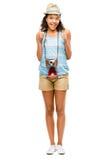 Touristische Daumen der glücklichen Afroamerikanerfrau oben lokalisiert auf Weiß Lizenzfreies Stockfoto