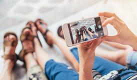 Touristische Familie nimmt Bild ihre m?den Beine nach Besichtigungsspaziergang stockfoto