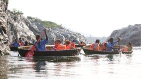 Touristische Familien auf einer Coraclefahrt bei Hogenakkal fällt, Tamil Nadu Stockfotos