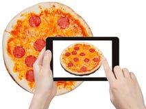 Touristische Fotografien der italienischen Pizza mit Salami Lizenzfreie Stockfotografie