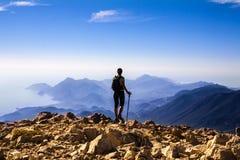 Touristische Frau auf die Oberseite des Bergs, Lizenzfreies Stockfoto