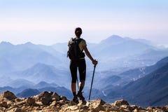 Touristische Frau auf die Oberseite des Bergs, Stockbild