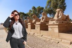 Touristische Frau bei Luxor - Ägypten lizenzfreies stockfoto