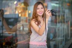 Touristische Frau der Reise im Urlaub und Fotos machend Stockfotos