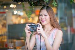 Touristische Frau der Reise im Urlaub und Fotos vom Ca machend Lizenzfreies Stockfoto