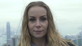 Touristische Frau des Porträts auf Hintergrund Hong Kong-Stadtpanorama von Höchst-Victoria Reisende kaukasische Frau auf Hintergr stock video footage