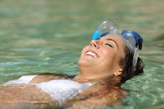 Touristische Frau, die auf einem tropischen Strand an den Feiertagen badet Lizenzfreies Stockfoto