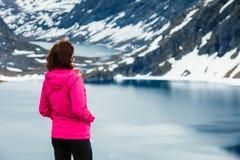 Touristische Frau, die Djupvatnet See, Norwegen bereitsteht Lizenzfreie Stockfotos