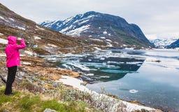 Touristische Frau, die Djupvatnet See, Norwegen bereitsteht Lizenzfreies Stockbild