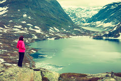 Touristische Frau, die Djupvatnet See, Norwegen bereitsteht Lizenzfreies Stockfoto