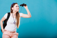 Touristische Frau, die durch Ferngläser auf Blau schaut Lizenzfreies Stockbild