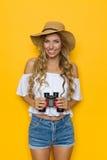 Touristische Frau, die mit Ferngläsern aufwirft Lizenzfreies Stockfoto