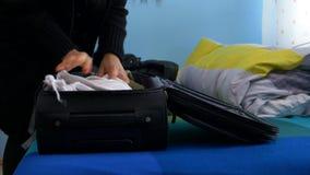 Touristische Frau, die Reisevorbereitungen trifft und herauf Gepäck verpackt stock footage