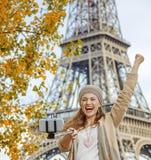 Touristische Frau, die selfie auf Damm in Paris sich freut und nimmt Lizenzfreie Stockbilder