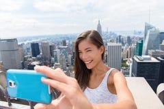 Touristische Frau, die selfie an New- Yorkskylinen nimmt Lizenzfreie Stockfotos