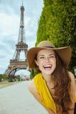 Touristische Frau gegen klare Sicht des Eiffelturms lizenzfreies stockfoto
