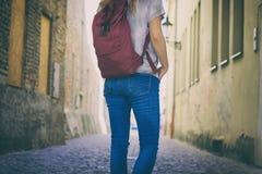 Touristische Frau geht auf die Straße Lizenzfreies Stockbild