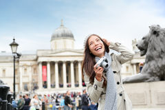 Touristische Frau Londons auf Trafalgar-Platz Lizenzfreies Stockfoto