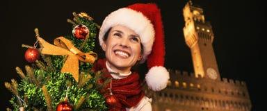 Touristische Frau mit dem Weihnachtsbaum, der Abstand, Italien untersucht Stockfoto