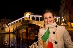 Touristische Frau mit italienischem Flaggenausgabe Weihnachten in Venedig Stockfoto