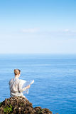 Touristische Frau mit Karte Lizenzfreies Stockfoto