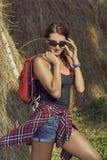 Touristische Frau mit Rucksack und Sonnenbrille Lizenzfreies Stockbild