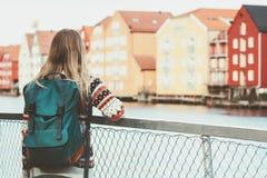 Touristische Frau mit Rucksackbesichtigungsweg in Trondheim-Stadt Norwegen-Ferien weekend Reise-Lebensstilmode scandinav im Freie Stockfoto