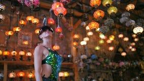 Touristische Frau mit VR-Gläsern kaufend im Souvenirladen mit traditionellen türkischen Lampen stock video