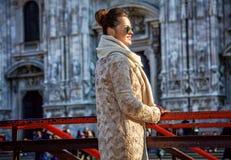 Touristische Frau vor Duomo in Mailand, das Abstand untersucht Stockfoto
