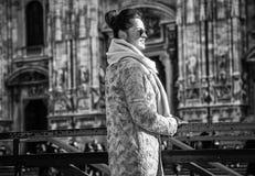 Touristische Frau vor Duomo in Mailand, das Abstand untersucht Lizenzfreies Stockbild