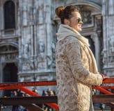 Touristische Frau vor Duomo in Mailand, das Abstand untersucht Lizenzfreies Stockfoto