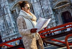 Touristische Frau vor Duomo in Mailand, Italien, das Karte betrachtet Stockbilder